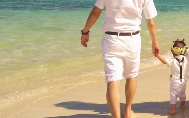 ビーチを歩くイメージ画像