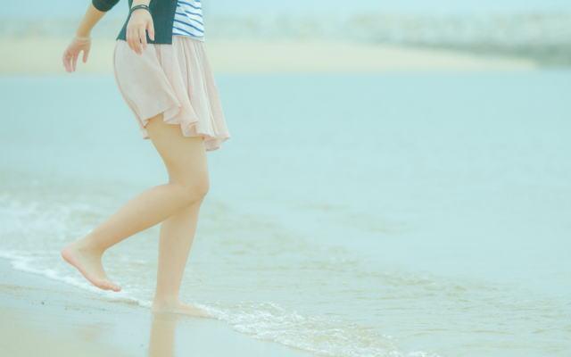 波打ち際を歩くイメージ画像